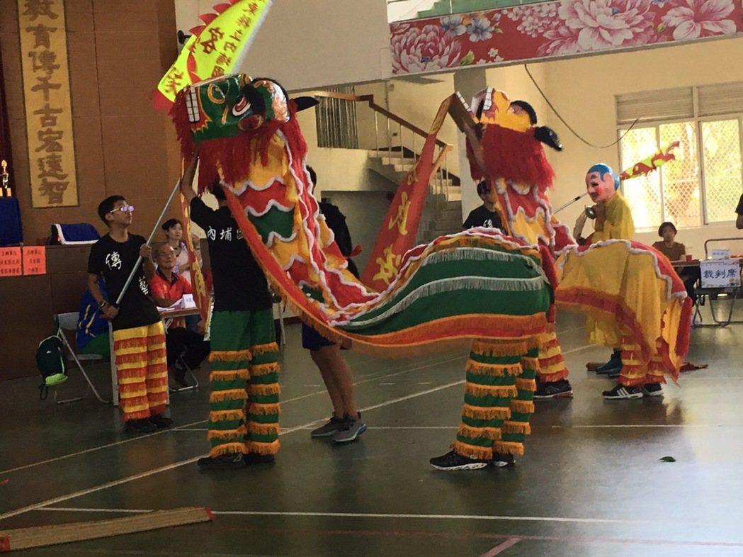 屏東縣培訓的18支客家傳統舞獅隊,今天在內埔國小體育館展現訓練成果。記者潘欣中/...