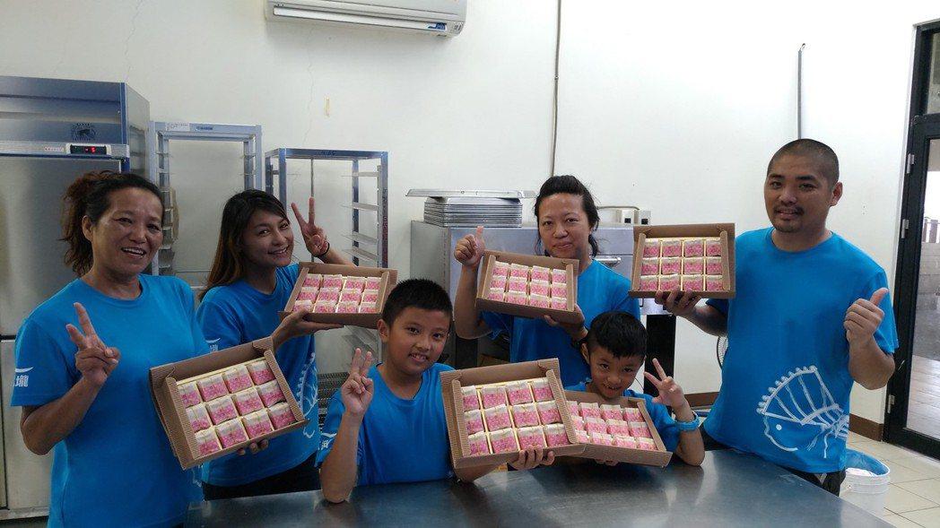 日光小林社區居民,利用先祖早年賴以溫飽的薑黃,製成中秋月餅,在產業復振的同時,也...