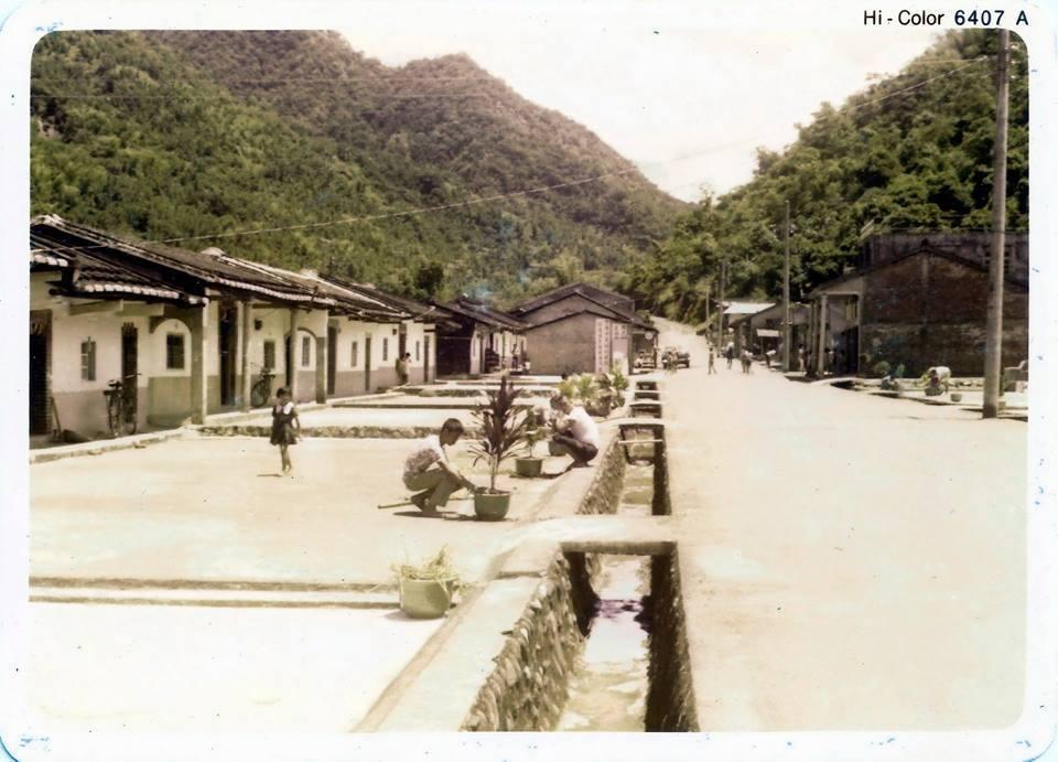 小林村民早年在家門前曬薑黃的情景,讓倖存的小林人,尤其懷念。圖/日光小林社區提供