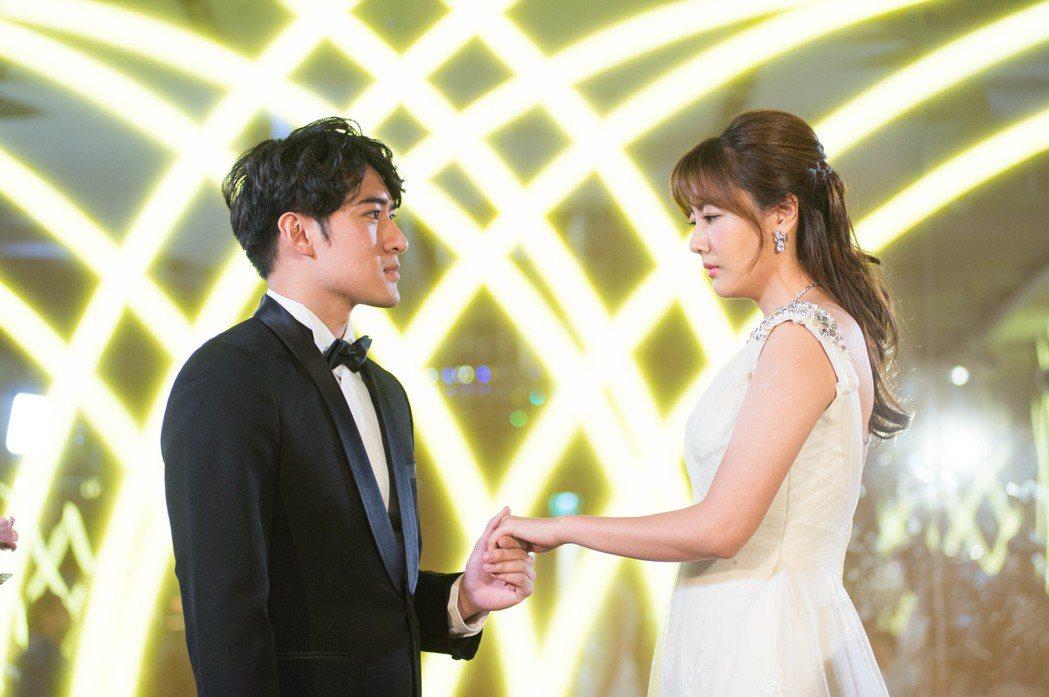 沈建宏(左)、陶嫚曼演出「噗通噗通我愛你」訂婚戲,全程無笑臉。圖/三立提供