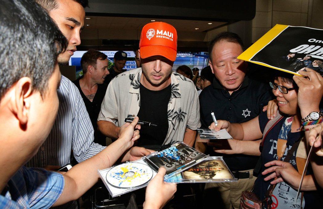 美國新世代搖滾天團「共和世代」(OneRepublic)傍晚搭機抵達桃園機場,主...