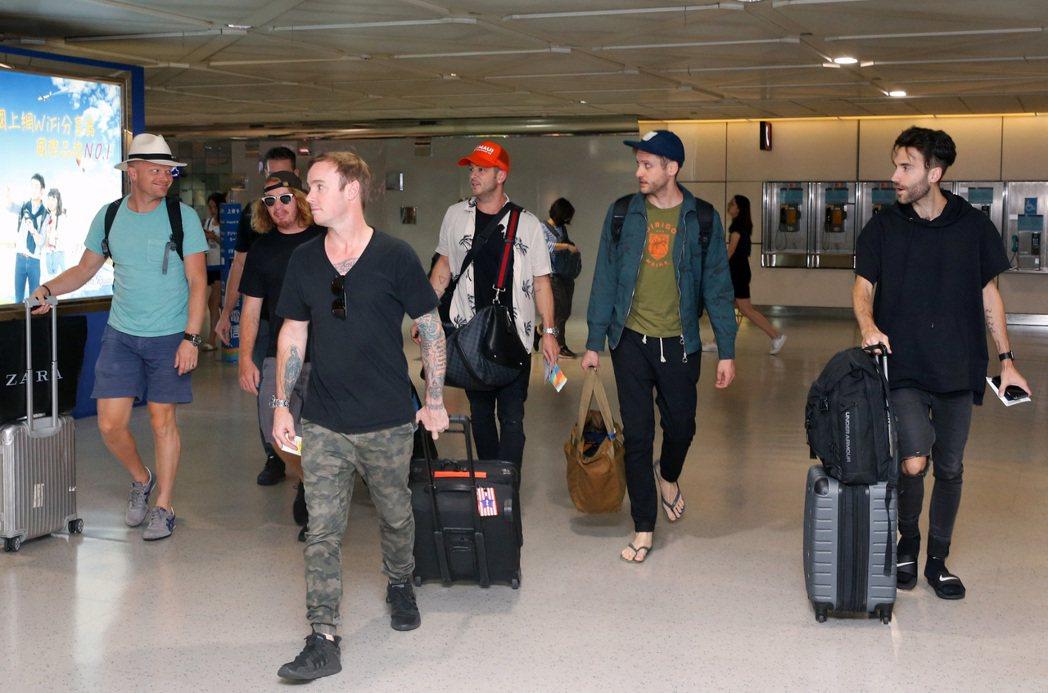 美國新世代搖滾天團「共和世代」(OneRepublic)傍晚搭機抵達桃園機場。記...
