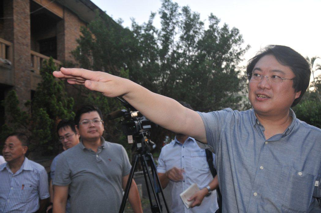 市長林右昌充當導覽員解說以前當兵的生活點滴。記者游明煌/攝影