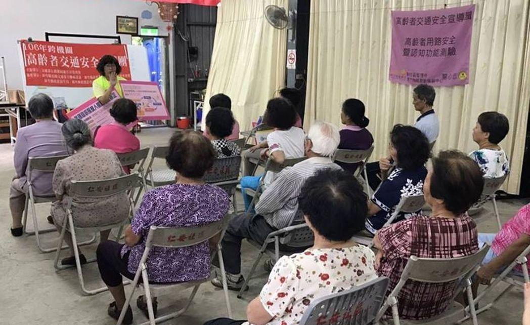 新竹區監理所為鼓勵高齡者,接受認知測驗、體檢更換駕照,組宣導團深入社區說明及宣導...