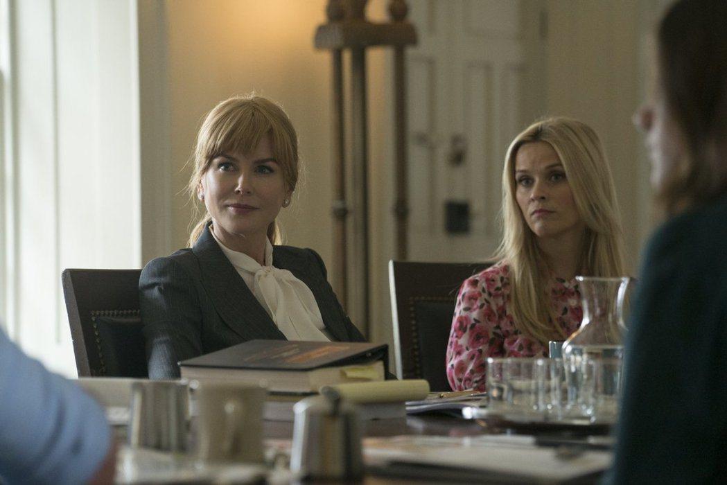 妮可基嫚(左)與瑞絲薇絲朋在「美麗心計」演出都精彩,在艾美獎上激烈對決。圖/摘自