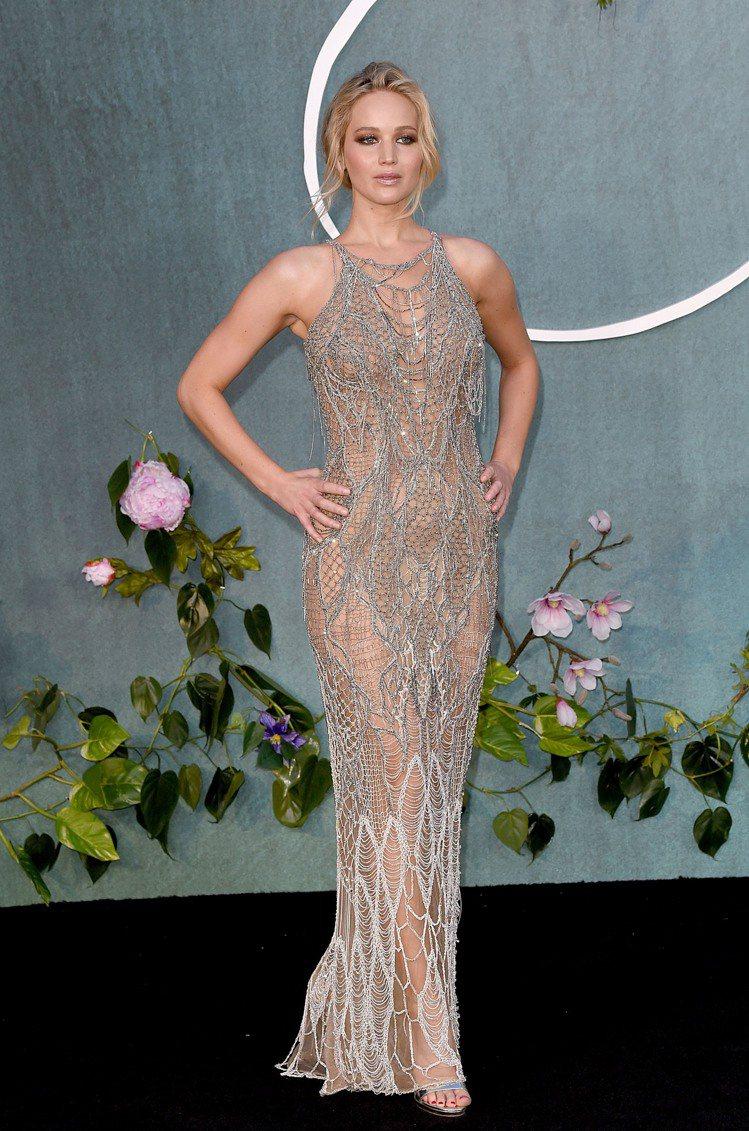 珍妮佛勞倫斯日前在威尼斯影展上,穿了Atelier Versace秋冬鏤空珠串鑲...
