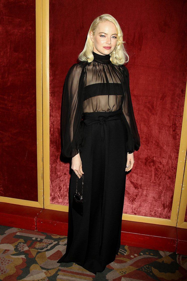 出席「母親!」紐約首映會力挺好友珍妮佛的艾瑪史東,選穿Valentino秋冬高級...