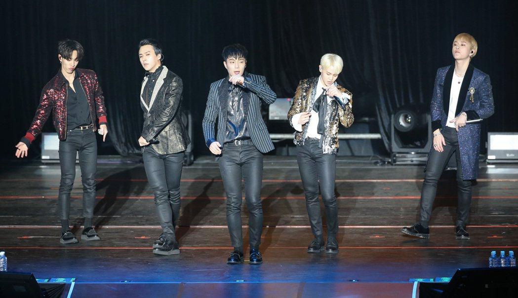 韓團HIGHLIGHT晚間在新莊體育館開唱。記者黃威彬/攝影