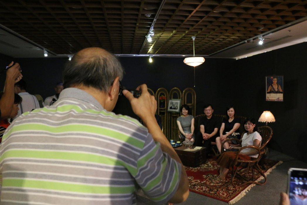 資深相館人涂寬裕(左),在展場親自以復古相機進行拍攝。記者林麒瑋/攝影