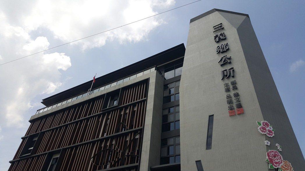 苗栗縣三義鄉公所新建辦公廳舍大樓最近獲內政部頒發綠建築標章。記者胡蓬生/攝影