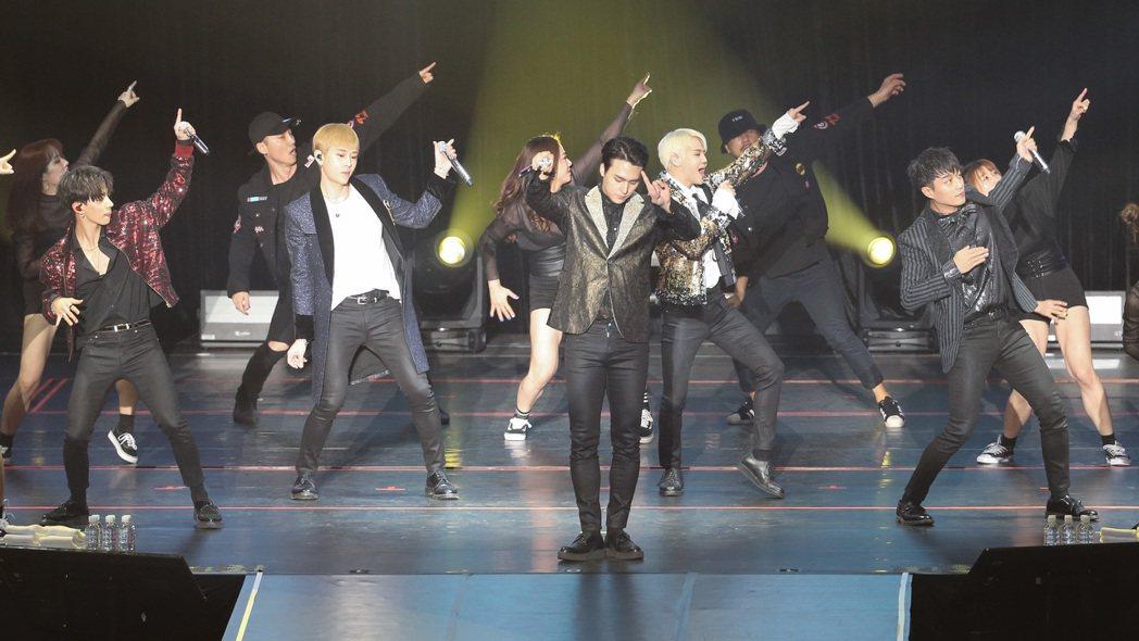 韓團Highlight在新莊體育館舉辦演唱會。記者黃威彬/攝影
