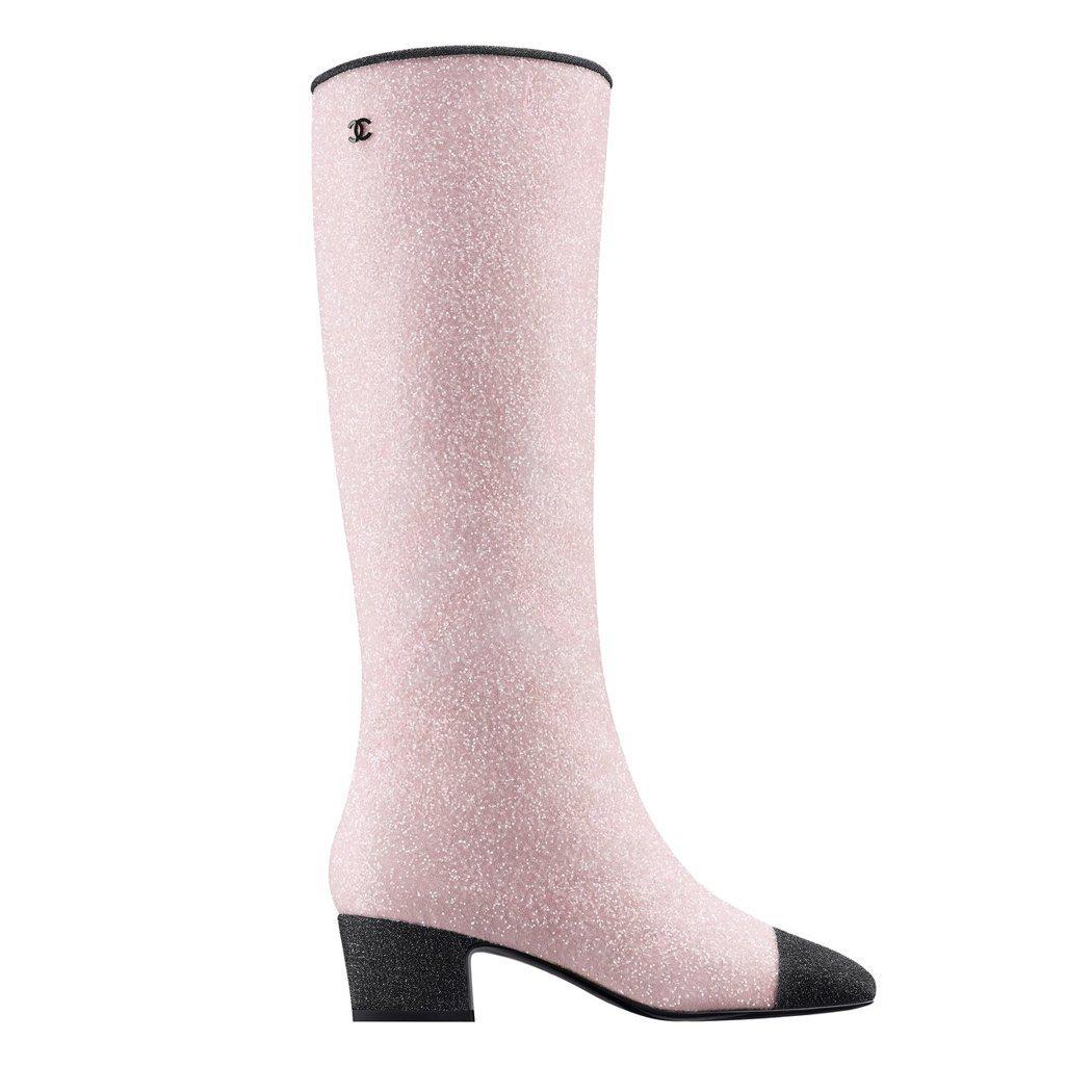 黑色漆皮鞋頭粉紅色亮片雙色長靴,49,700元。圖/香奈兒提供