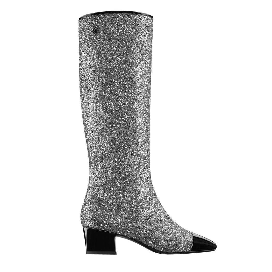 黑色漆皮鞋頭銀色亮片雙色長靴,49,700元。圖/香奈兒提供