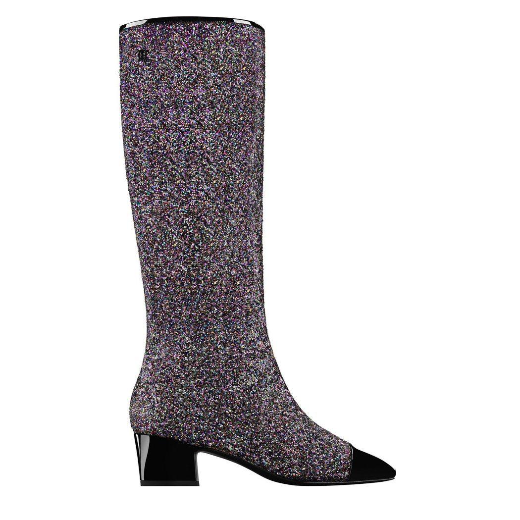 黑色漆皮鞋頭多彩亮片雙色長靴,49,700元。圖/香奈兒提供