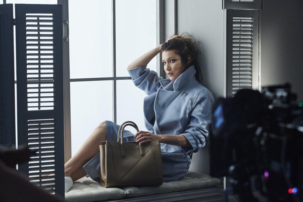 貝拉哈蒂德拍攝Max Mara秋冬配件廣告的幕後花絮。圖/Max Mara提供