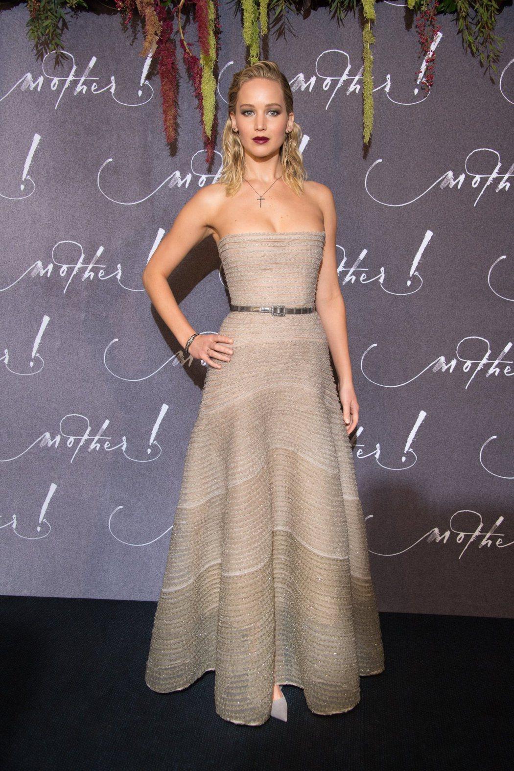珍妮佛勞倫斯穿著珍珠粉煤灰色亮片刺繡薄紗晚禮服。圖/Dior提供