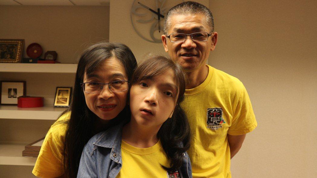 17歲的昀珊(中)與父母一同參加合唱團發表會。記者陳雨鑫/攝影