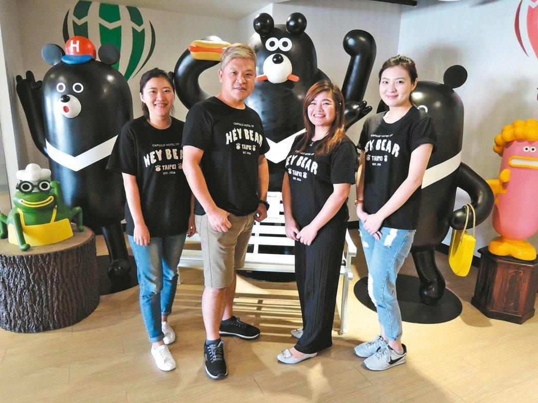 陳明智(左二)和團隊打造全台第一家合法的膠囊式旅館。 記者陳珮琦/攝影