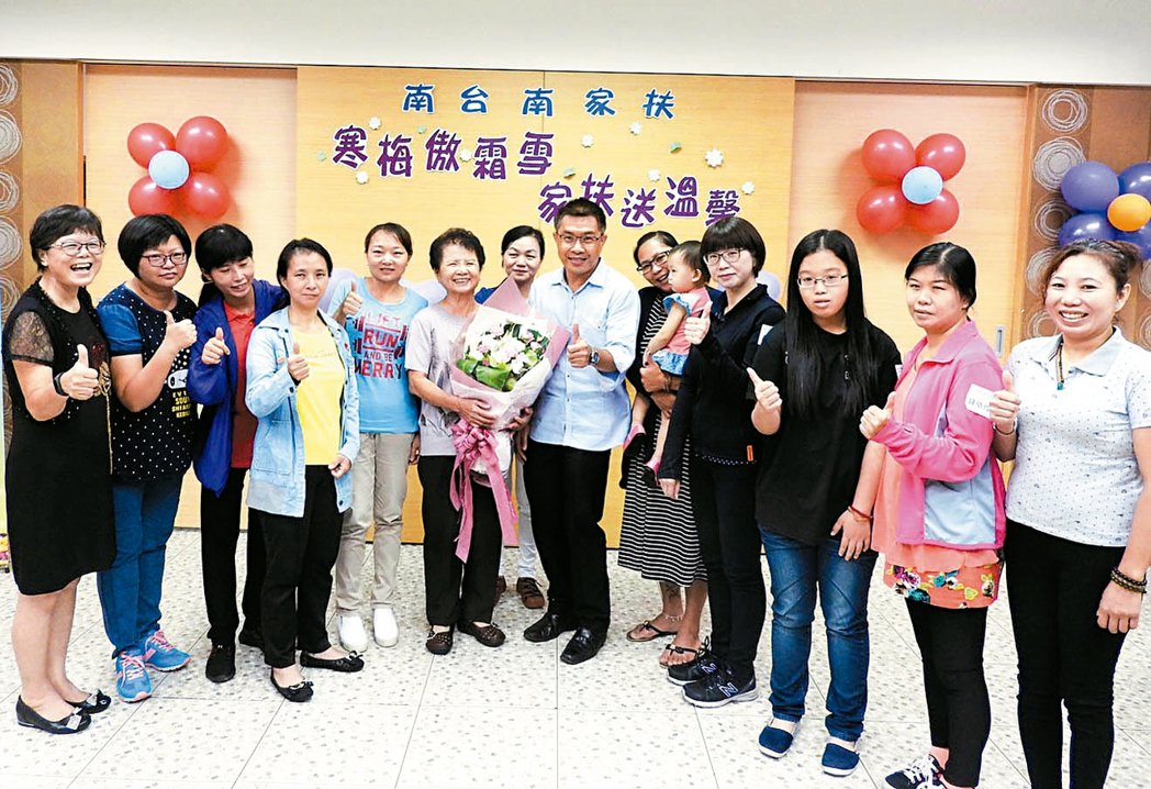 82歲陳楊麗蓉(左六)母兼父職,46年來關心有同樣遭遇的弱勢單親媽媽,捐款累積逾...