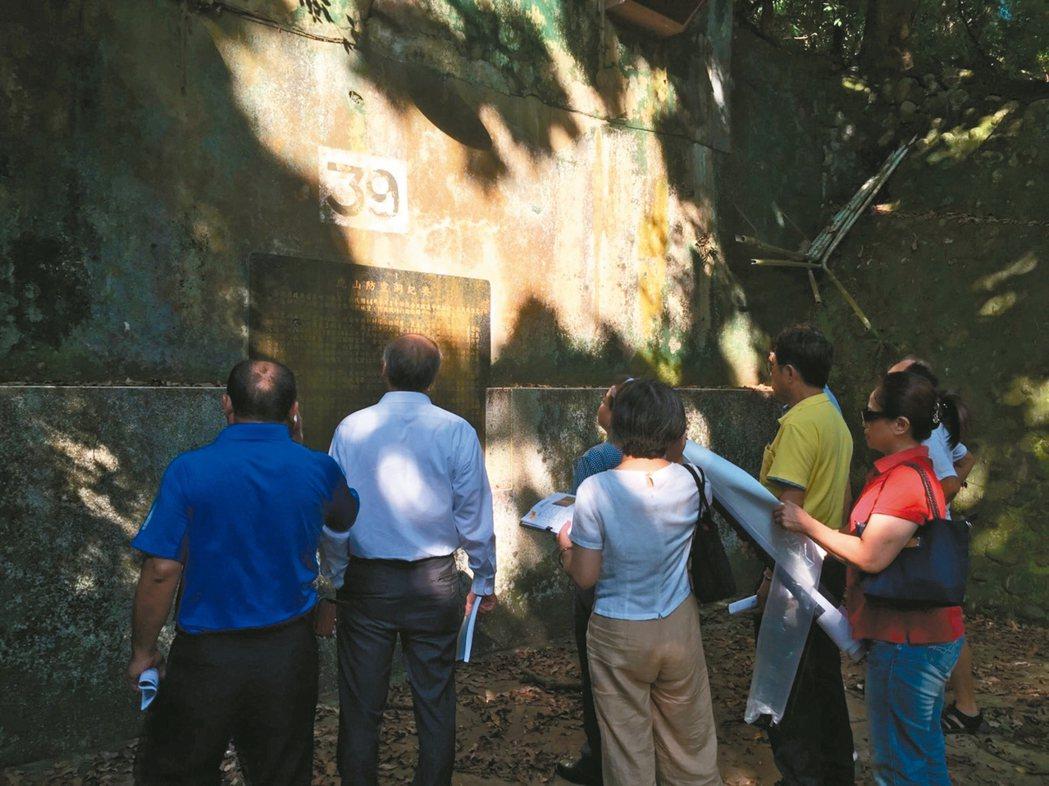 中興新村防空洞已經封閉多年,省府還在入口設碑說明虎山防空洞紀要。 圖/林榮森提供