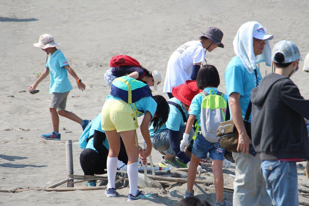 「用愛環抱海洋 Big Blue淨灘總動員」活動,不少家長帶著孩子身體力行做環保...