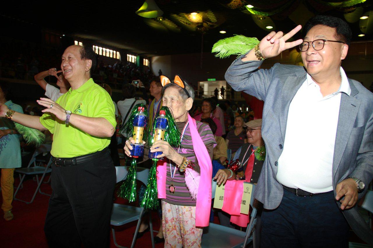 宜蘭不老節昨開幕,森巴舞掀高潮,台上台下一起舞動。 記者羅建旺/攝影