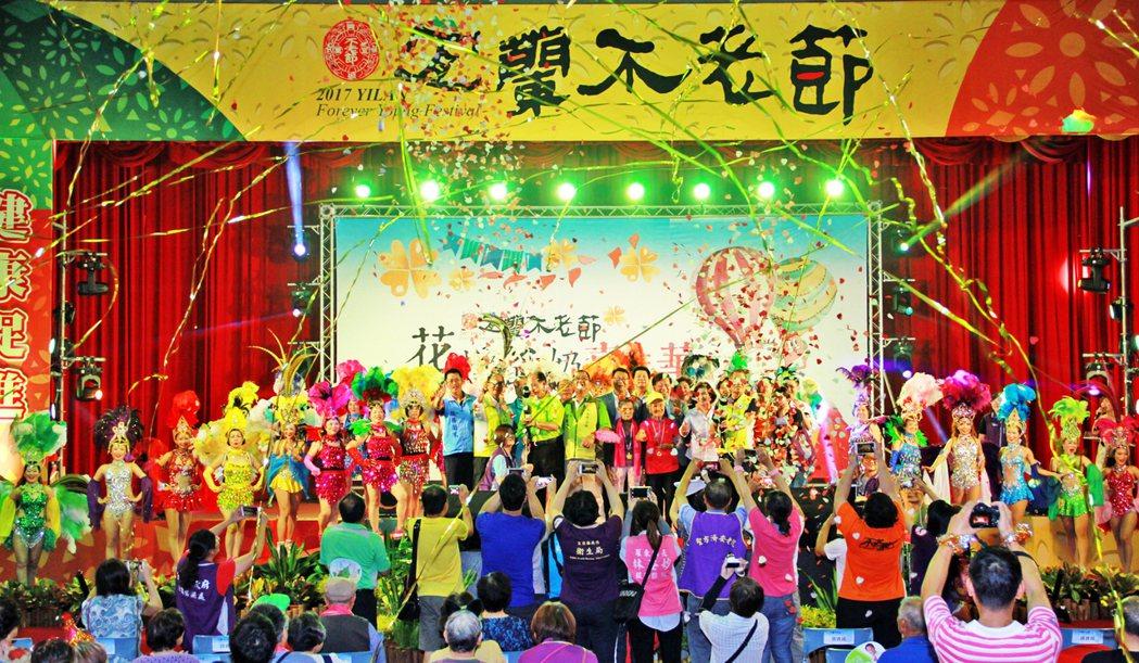 宜蘭不老節昨熱鬧開幕,2千人嗨翻體育館。 記者羅建旺/攝影