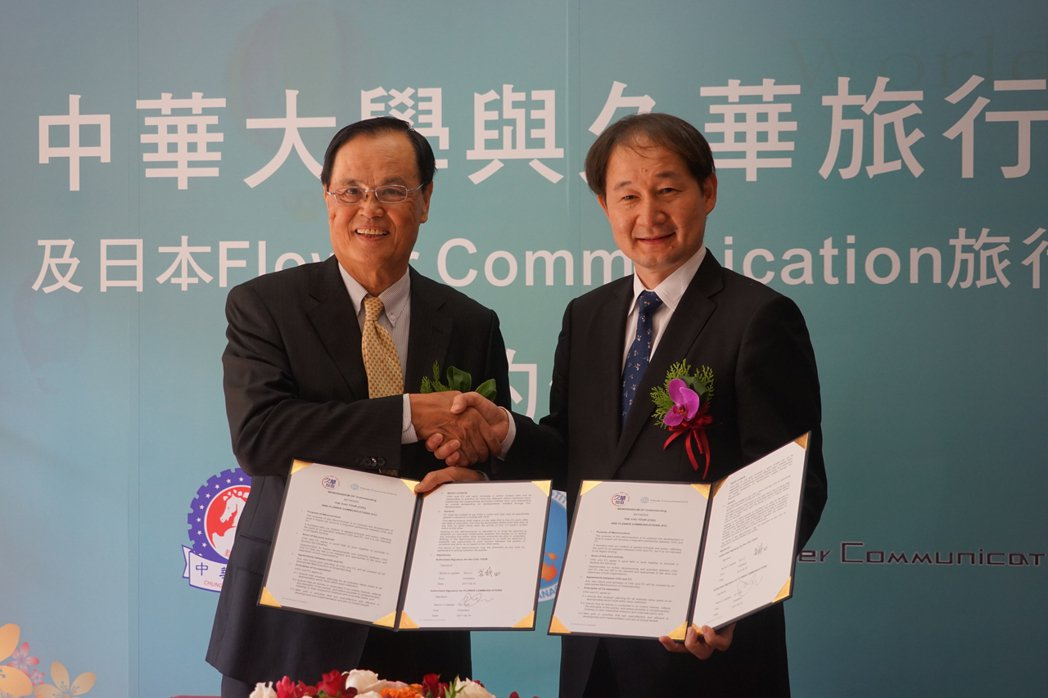 久華旅行社董事長蘇成田(左)昨天也與Flower Communications旅...