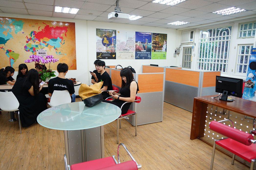 中華大學將旅行社設在校內,提供學生「就學即就業」。 記者陳妍霖/攝影