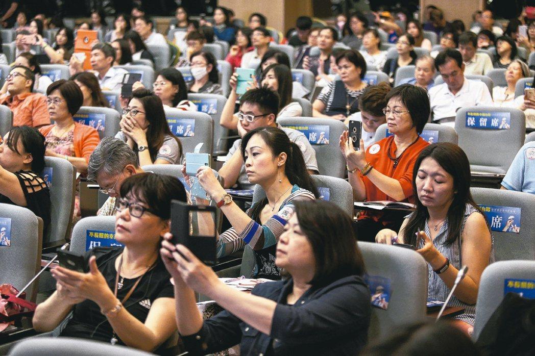 認真聽 拍不停 聯合報系願景工程昨天在張榮發基金會舉辦「不長照的幸福台灣:安老資...