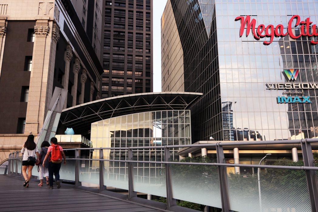 新北市府前往大遠百有空中橋廊,讓人與車分離,不必等待紅綠燈。 記者王敏旭/攝影