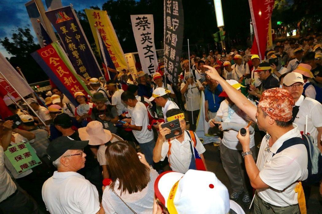 世大運開幕那天,反年金改革團體晚上在世大運場館外陳抗,一度與警察發生口角推擠。 ...