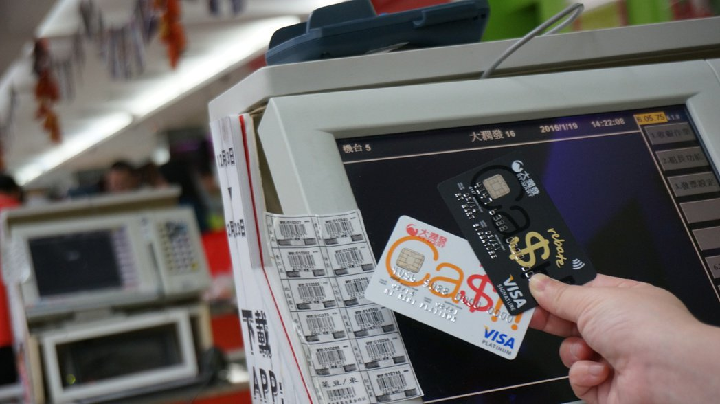 信用卡付款與索取發票全程電子化,目前已有17家銀行的信用卡可儲存電子發票資料。 ...