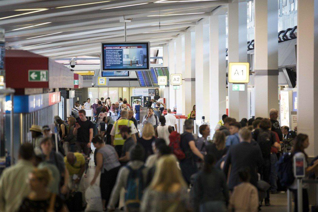 柏林特格爾機場航廈旅客人潮。 (法新社)
