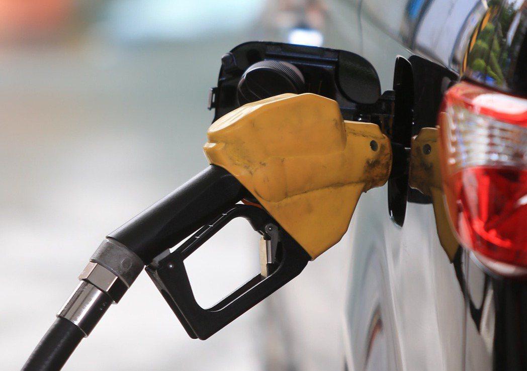 中油公司依照浮動油價機制計算,決定從9月18日凌晨零時起,調漲各式汽、柴油批售價...