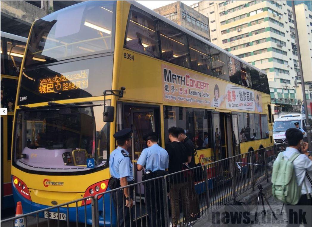 香港警方趕至現場調查。(取材自香港電台)