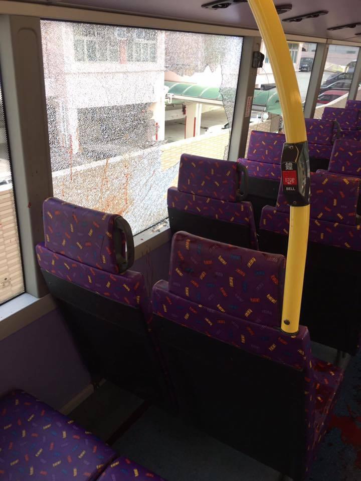 巴士謀殺案中,男嫌用刀狂捅女友致浴血昏迷後,跟著破窗跳車墜地重傷。兩人由救護車送...