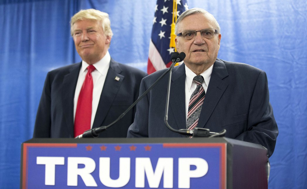 川普總統(左)對處理夢想生的態度軟化,也影響了移民執法立場強硬的前亞利桑納州警長...