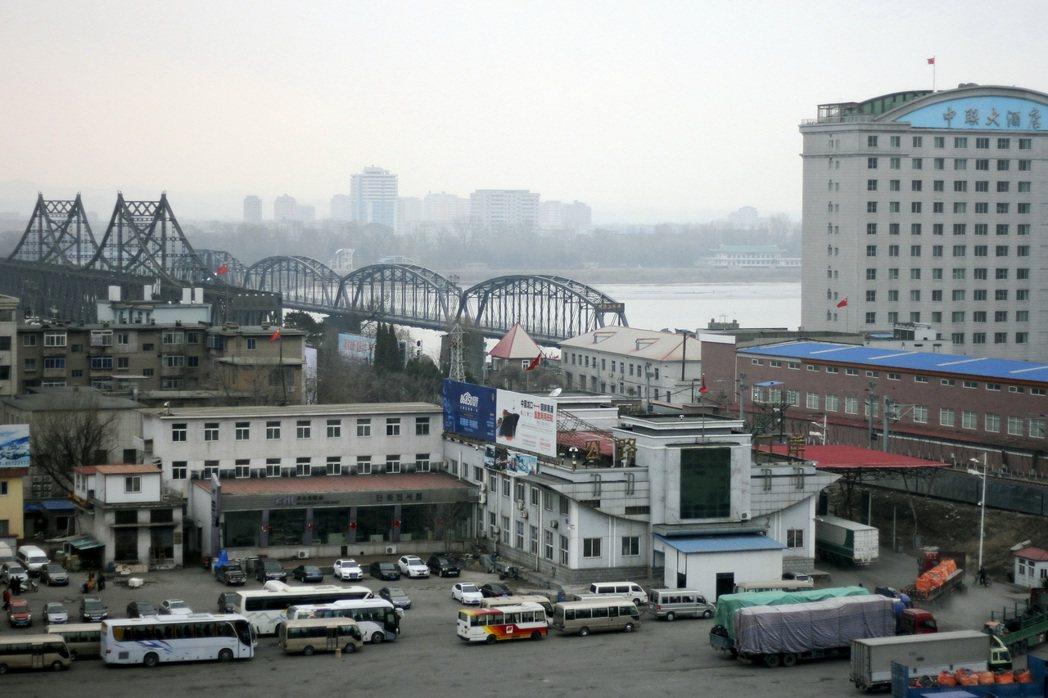 滿載貨物的卡車、巴士和其他車輛,在遼寧丹東邊境口岸排隊,等待過江進入北韓。(美聯...
