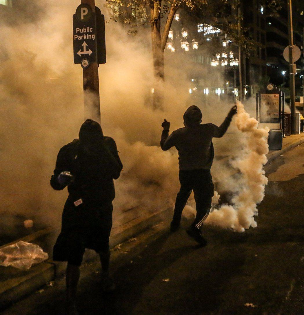 警方為驅散抗議民眾,發射催淚瓦斯。路透