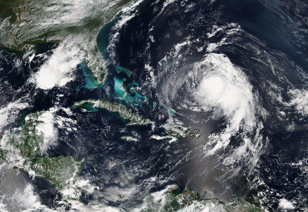 美國國家海洋暨大氣總署發布的照片顯示,颶風荷西(右)正撲向美東海岸。歐新社