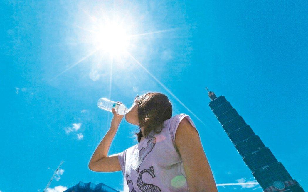 在高溫環境待太久,無論室內或室外都有可能中暑。 聯合報系資料照