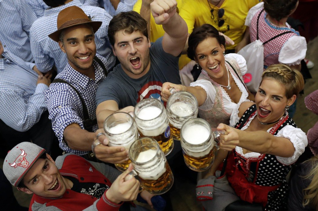第184屆慕尼黑十月啤酒節(Oktoberfest)16日揭幕,潮濕天候和維安嚴...