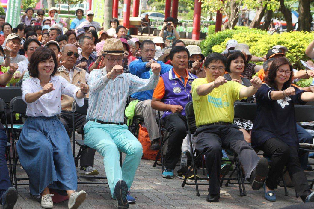 台南市熱蘭遮失智症協會17日上午在小東公園舉辦「2017國際失智症月-打造失智友...