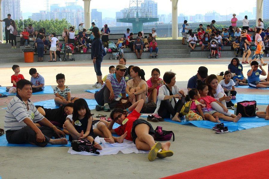 台北市賽珍珠基金會17日舉辦「南洋野趣餐」,吸引了許多台灣家長帶著孩子在烈日下體...