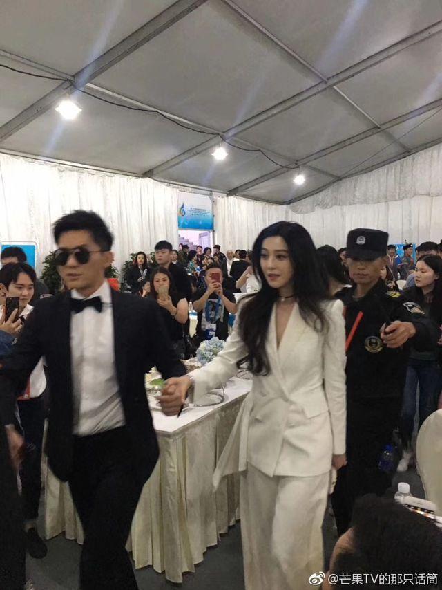 范冰冰(右)與李晨(左)親暱出席金雞獎。圖/摘自微博