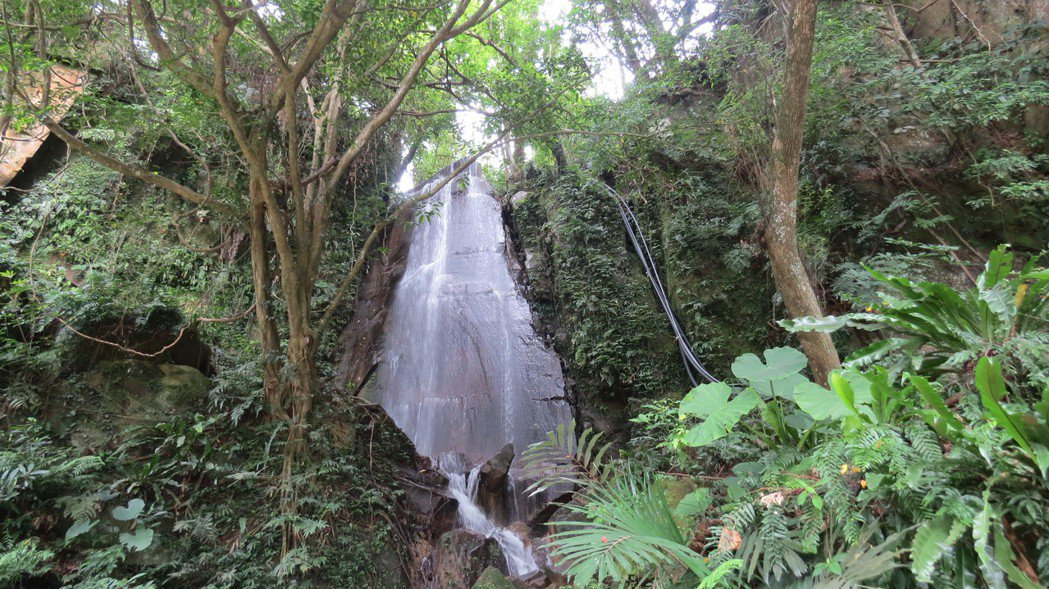 蘇維拉莊園還有小瀑布潺潺,遊客都驚喜。記者范榮達/攝影