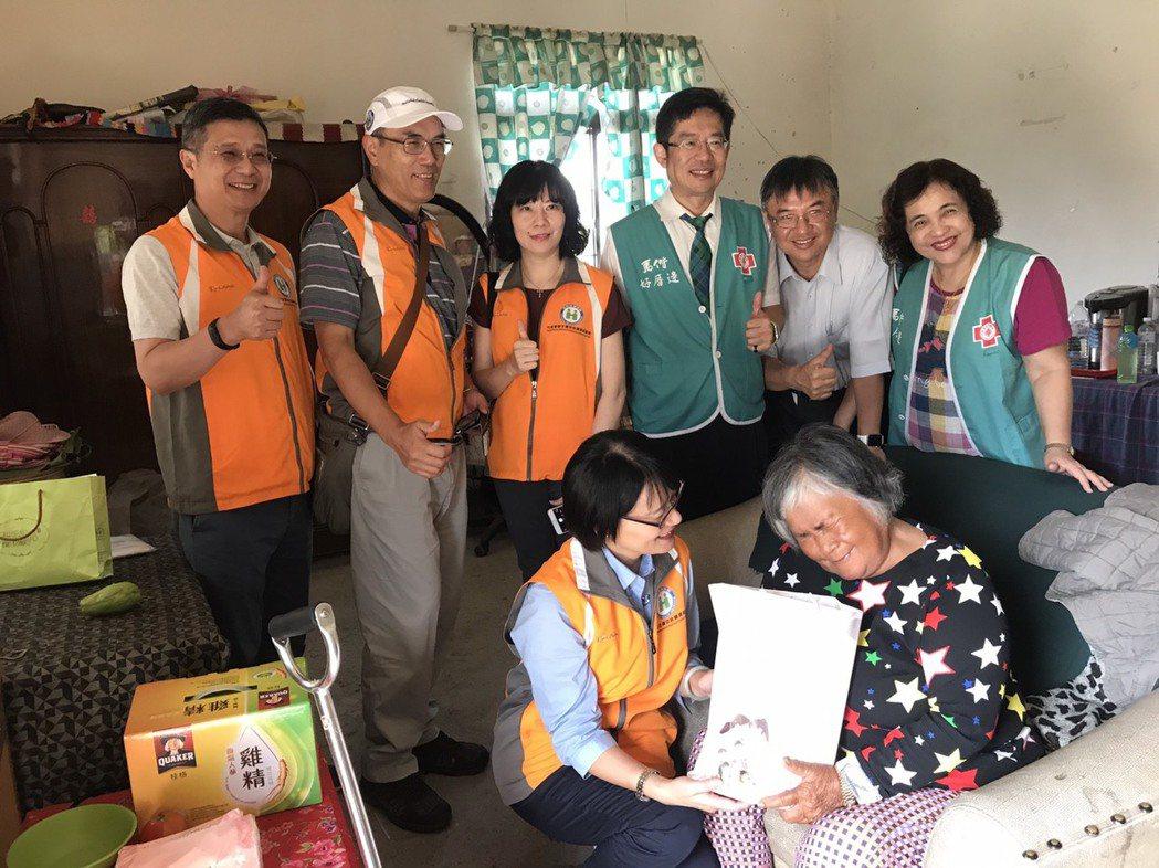 健保署副署長蔡淑鈴(前左)關懷部落族人。圖/健保署提供
