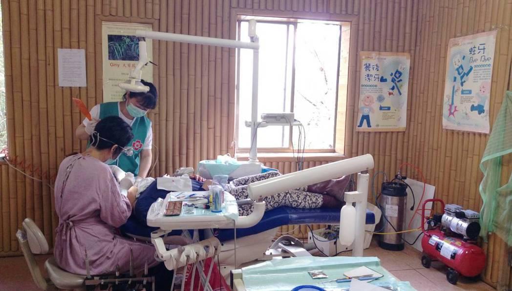 醫生為族人義診。圖/健保署提供