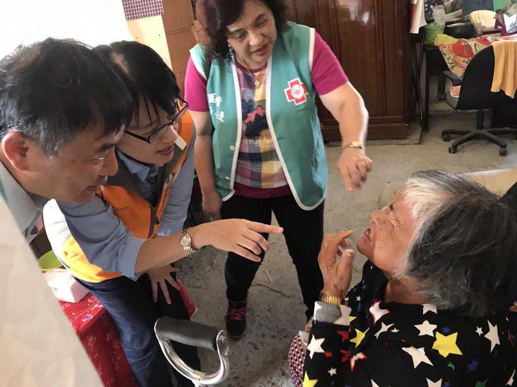 健保署副署長蔡淑鈴(手指者)關懷部落族人。圖/健保署提供